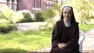 Dans le jardin du carmel de Lisieux, une carmélite nous témoigne de ce qui fait le coeur de sa vocation, à la suite de Sainte...