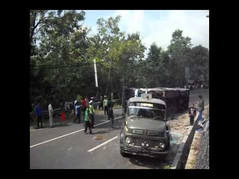 Bus Pahala Kencana Terguling