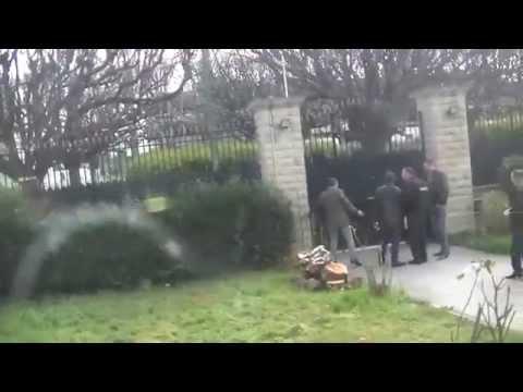 ملك الراي الشاب خالد يتعرض للستم و الاهانة أمام القنصلية الجزائرية