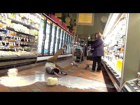 Småpojkar slänger mjölk kring sig och låtsas ramla