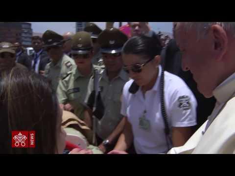 Papa consola policial ferida em queda de cavalo