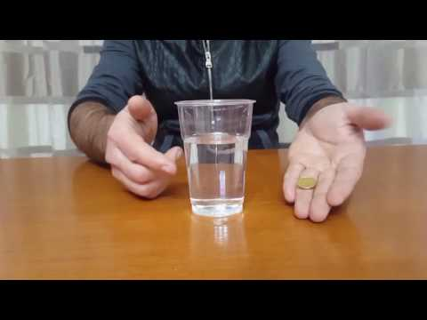 come fare attraversare una moneta in un bicchiere pieno d'acqua