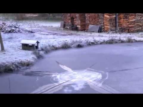 他在在冰河底下放煙火,結果就是比夜空日爆炸還要酷的效果!