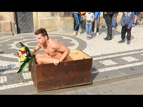 男子想給女友一個全裸大驚喜,沒想到卻被朋友出賣,結果超尷尬的!