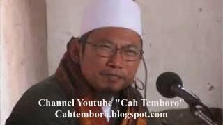 KH. UZAIRON THOIFUR ABDILLAH BAHAYA MEMBUAT AGAMA SEBAGAI BAHAN TERTAWAAN