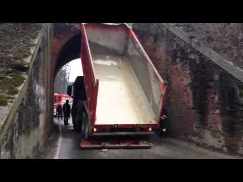 Camion contro il ponte