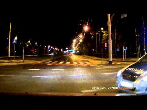 Policja jedzie na czerwonym