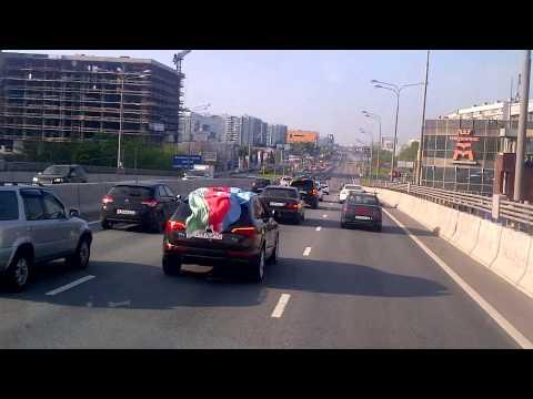 Азербайджанцы празднуя свадьбу, тормозят движение