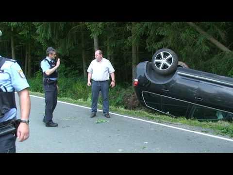 Münden: Frau überschlägt sich mit VW Touareg