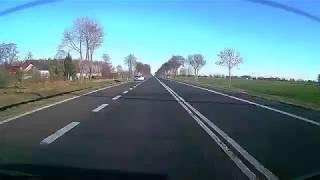 BMW X5 kończy jazdę w rowie pod ciężarówką.