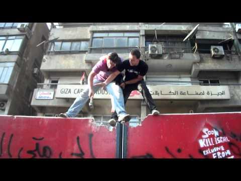 """بالفيديو .. المتظاهرون هدموا """"الجدار العازل"""" بالكامل أمام سفارة الكيان الصهيوني"""