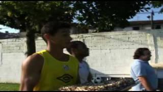 Robinho e Ganso aprontam com os aniversariantes Neymar e Giova...