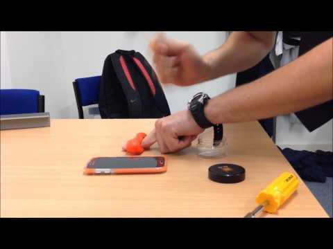 Tämä muovailuvaha suojaa puhelintasi iskuilta – Kestää vasaralla takomisenkin