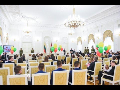 """Prezidentė apdovanoja išradingiausius akcijos """"Vasario 16-ąją švęsk linksmai ir išradingai"""" dalyvius"""