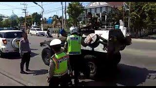 Video VIRAL POLISI INI BERANI HENTIKAN ROMBONGAN TNI... ADA APA? MP3, 3GP, MP4, WEBM, AVI, FLV Oktober 2018