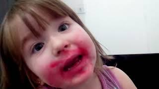 Menina come batom da mãe
