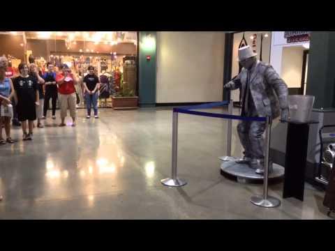 男孩挑戰街頭藝人機械舞,接下來會發生的事情是經典!