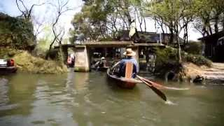 [920_7] The East Lake (Dōng​ Hú) scenic area in Shaoxing is a beautiful place. A boat trip with the boatman rowing with his feet ...