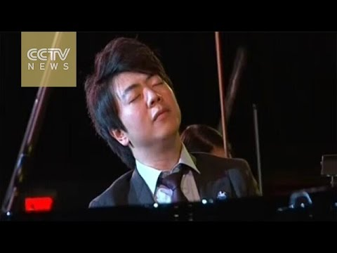 Chinese pianist Lang Lang met 100 jeugdige pianisten in concertgebouw