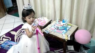 kakak aqilah ulang tahun kue frozen nyanyi lagu frozen