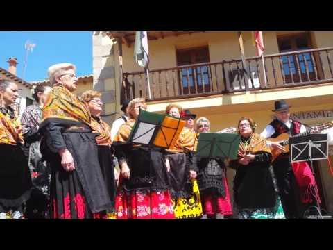 EntreVecinos 2016 actuación del grupo Majalbierzo de Talaveruela de la Vera en Madrigal de la Vera