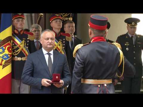 Igor Dodon a conferit distincţii de stat Gărzii de Onoare cu prilejul marcării a 25 de ani de la formare