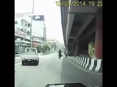 Вот так останавливают полицейские мотоциклистов в Азии