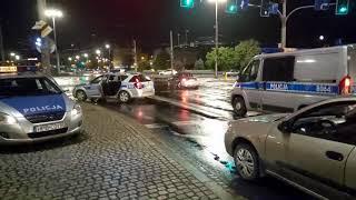 Wrocławska policja daje popis jazdy na prostej drodze