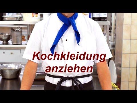 Kochjacke, Koch-Schürze und Halstuch anziehen