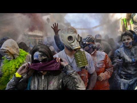 Griechisches Volksfest: Mehlkrieg in Galaxidi zum Kar ...