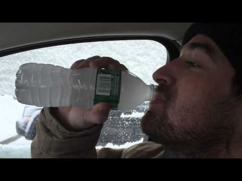 原本想罵拍攝者喝水是要拍什麼屁,結果話還沒說出口就看到「水在幾秒內產生驚人變化」!