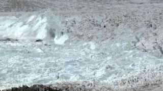 Fotografował lodowiec gdy usłyszał zaczyna pękać. Nagrał niesamowity moment