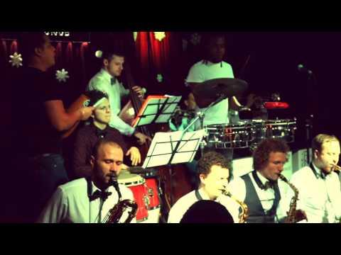 Большой джазовый оркестр играет афро-кубу в джаз клубе ЭССЕ