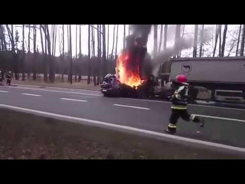 kierowca-splonal-w-samochodzie-po-czolowym-zderzeniu
