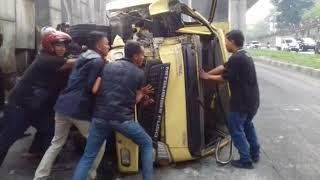 Truk terguling di Jalan Sholeh Iskandar Kota Bogor