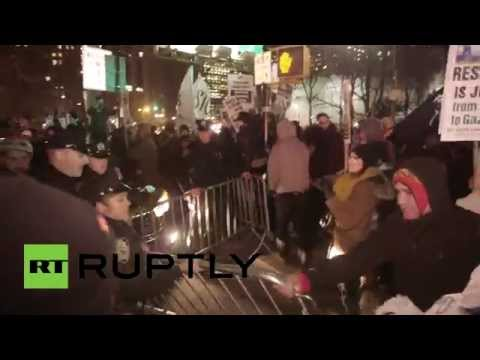 Bridge - Anti-police brutality protesters stormed Manhattan Bridge in New York City on Friday, after passing by police officers by using a shortcut. Protesters managed to shut down the overpass for...