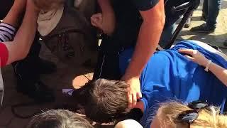 Przed siedzibą pisu,pisowska policja poniewiera starszą osobę poruszającą się o kulach!