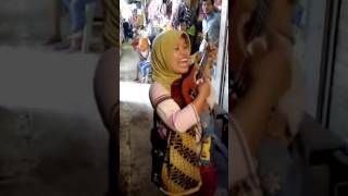 Ibu Ibu Mengamen Dengan Gitar Kecil Dan Anaknya (Secawan Madu) Video