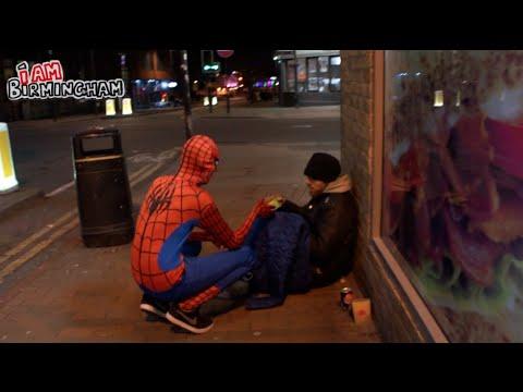 VIDEO: Spiderman rozdával jídlo lidem bez domova!