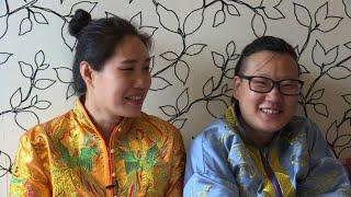 Homo-Ehen sind in China zwar nicht anerkannt, dennoch geben sich viele homosexuelle Paare in formlosen Zeremonien das Ja-Wort - oder weichen in Länder aus, wo gleichgeschlechtliche Paare bereits heiraten dürfen. Dennoch lässt die Akzeptanz von Homosexuellen in der Gesellschaft noch sehr zu wünschen übrig – Eltern verzweifeln nicht selten am Coming-out ihrer Kinder.