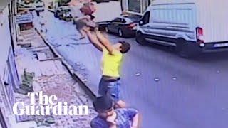 W Turcji nastolatek złapał dwuletnią dziewczynkę, która wypadła z okna