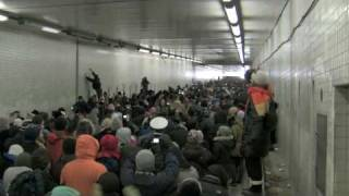"Thousands Of People Stuck In A Tunnel Sing ""Lean On Me"" Together"