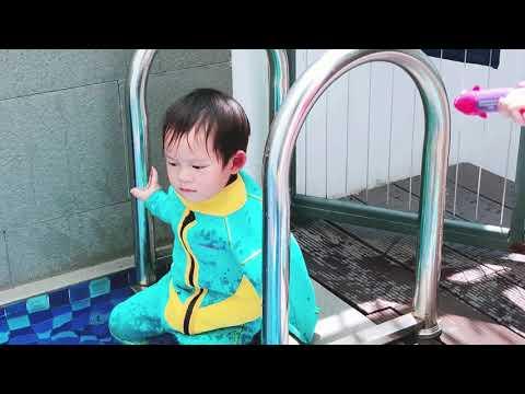 Bé Mio 2 tuổi bó bột tay vẫn quyết bơi |  Ly Hai Minh Ha Family - Thời lượng: 5 phút và 10 giây.