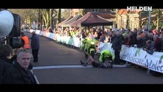 Austalijski kolarz przewrócony przez kibica podczas sprintu do mety