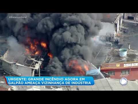 Incêndio de grandes proporções atinge indústria química na Grande SP