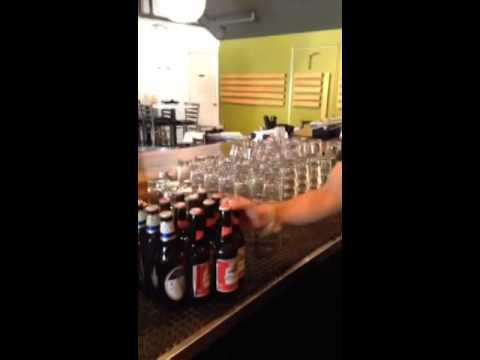 本來想耍帥地拿起整堆結冰的啤酒…