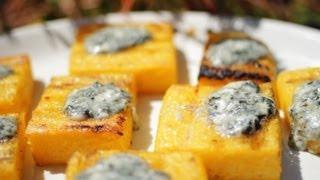 Polentablokjes met blauwe kaas van de barbecue