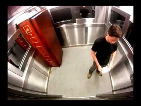 morto in ascensore - candid camera