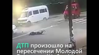 В Бишкеке сбили девушку на пешеходном переходе