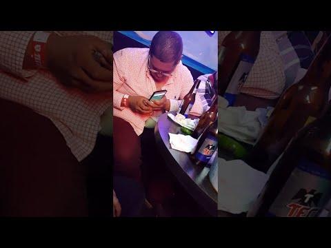العرب اليوم - بالفيديو: مشهد طريف لشاب سكران يحاول التحدث في هاتفه